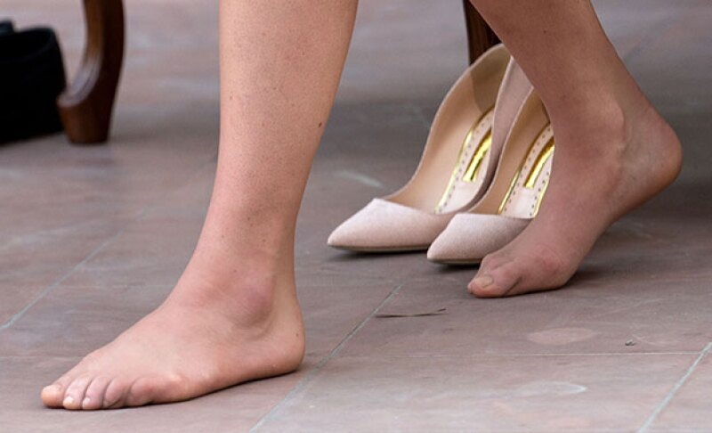 Rápidamente, toda su atención se centró en los pies de Kate.
