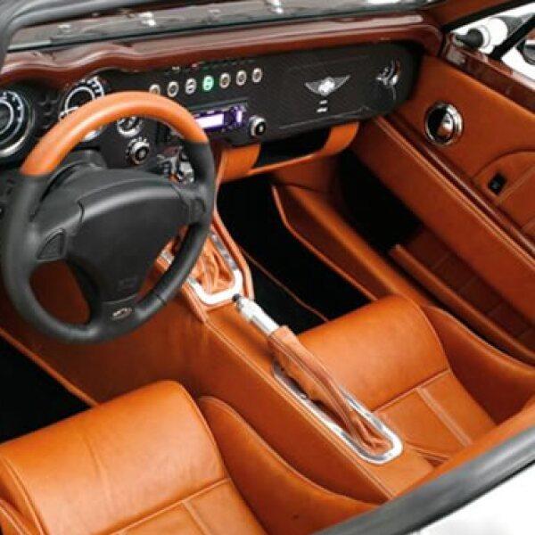 En el interior tiene maderas pulidas, cuero cosido a mano y la tecnología para crear un ambiente de conducción que sea eficiente, ergonómico y suntuoso. El peso total del automóvil sigue siendo mínimo.