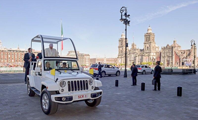 El Papa se dirigió a estos lugares en el Papamóvil.