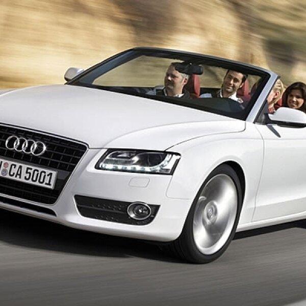 La nueva plataforma de Audi, más larga que el modelo A4, le da un estilo más deportivo con línea curva que fluyen hacia la parte trasera.