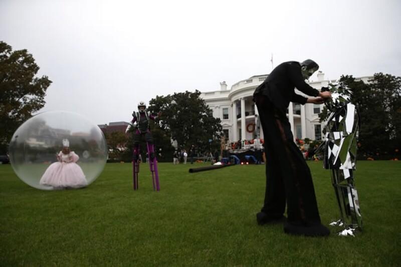 Como parte de la producción se incluyeron personajes en zancos como Frankenstein y todo tipo de princesas. Una `walking ball´ fue parte de las atracciones.