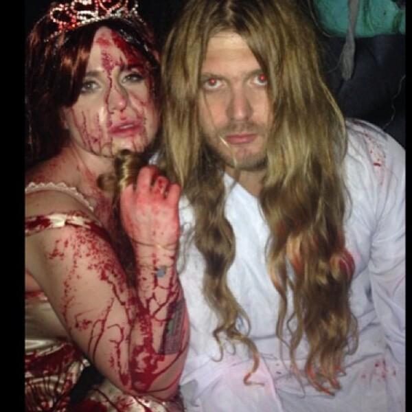 Un amigo de Kelly, subió una foto en la que ella aparece como una novia ensangrentada.
