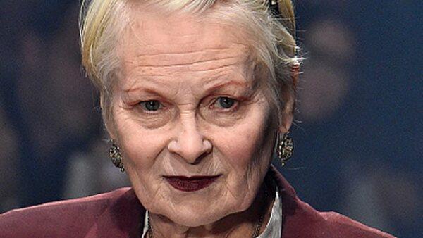 Cuando tienes una carrera como modelo siempre hay riesgo de complicaciones de vestuario, pero las modelos de Vivienne Westwood pueden estar tranquilas,pues ella siempre irá a su rescate.