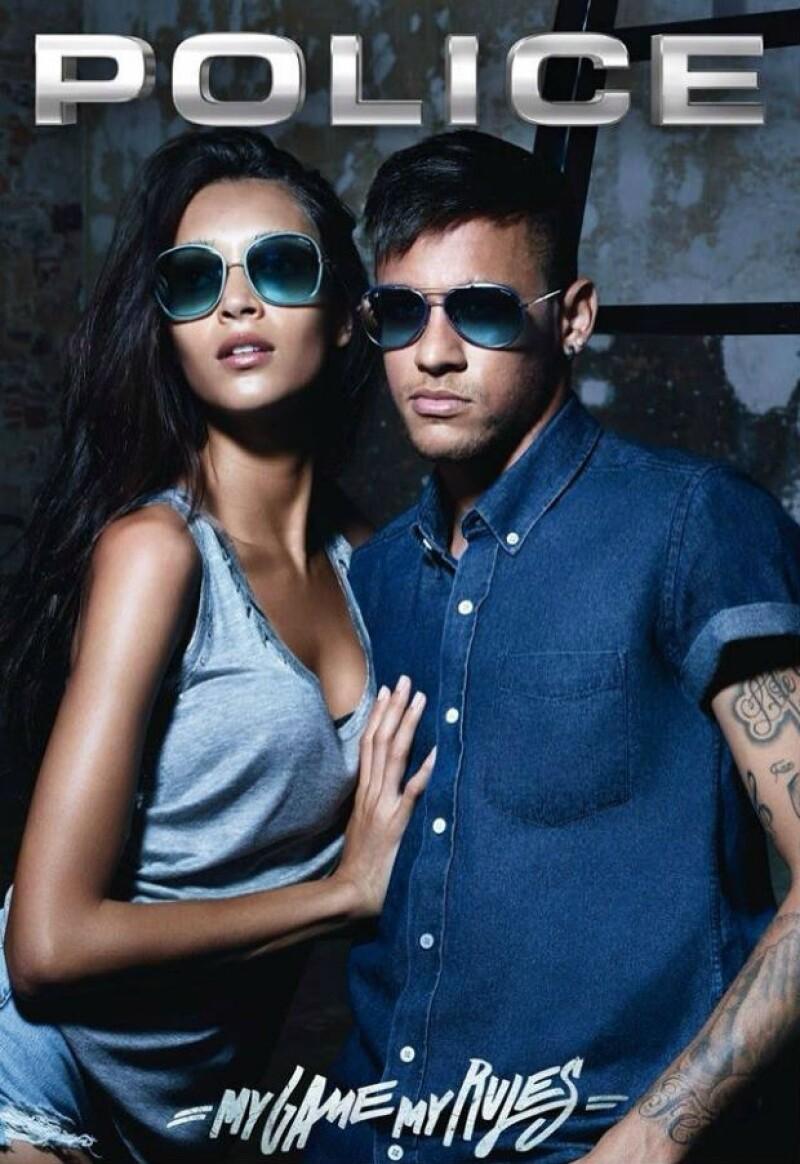 El futbolista brasileño repite como la imagen de la marca de lentes, pero esta vez está muy bien acompañado por Daniela de Jesús Cosío, logrando una sexy combinación.