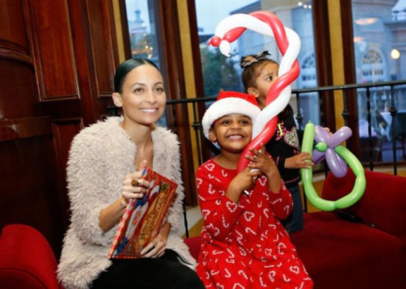 La esposa de Joel Madden entregó regalos a niños necesitados.