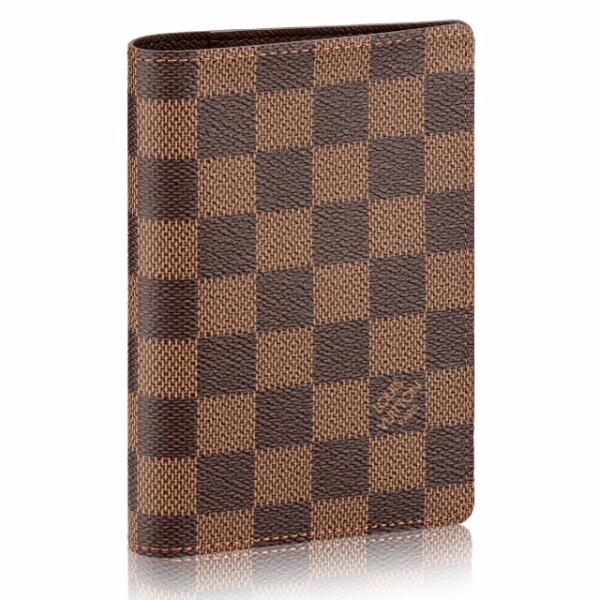 Louis Vuitton: Funda de pasaporte. Llevar tu pasaporte de manera stylish nunca fue tan fácil. La funda de lona Damier permite guardar también tarjetas y documentos gracias a sus diversos compartimientos. louisvuitton.com