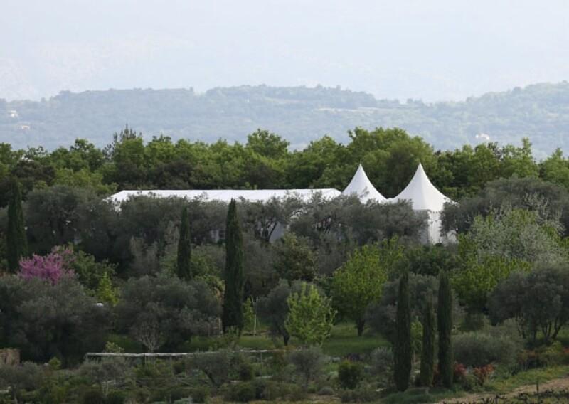 Esta es una vista desde lejos de la carpa que se instaló en la propiedad para la recepción de la boda.