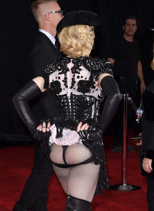 Todos quedaron sorprendidos al ver el derrière de la cantante.