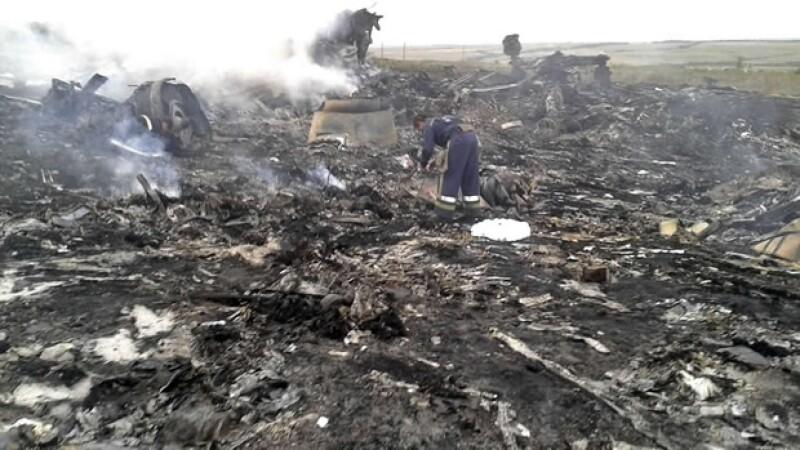 El vuelo procedente de Ámsterdam llevaba 295 personas a bordo. El presidente Poroshenko dijo que no descartaba que el avión fuera derribado