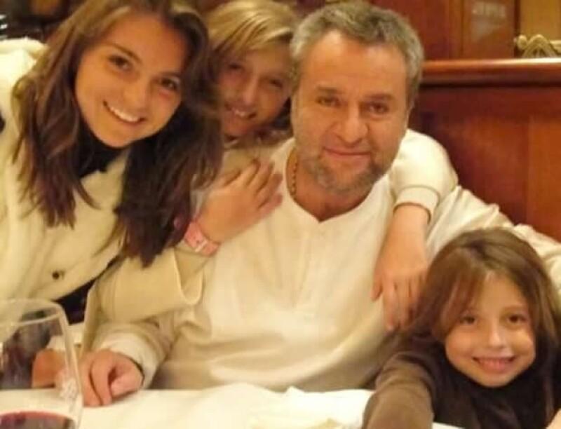 El Güero Castro rodeado de sus hijas Sofía, Fernanda y Regina.