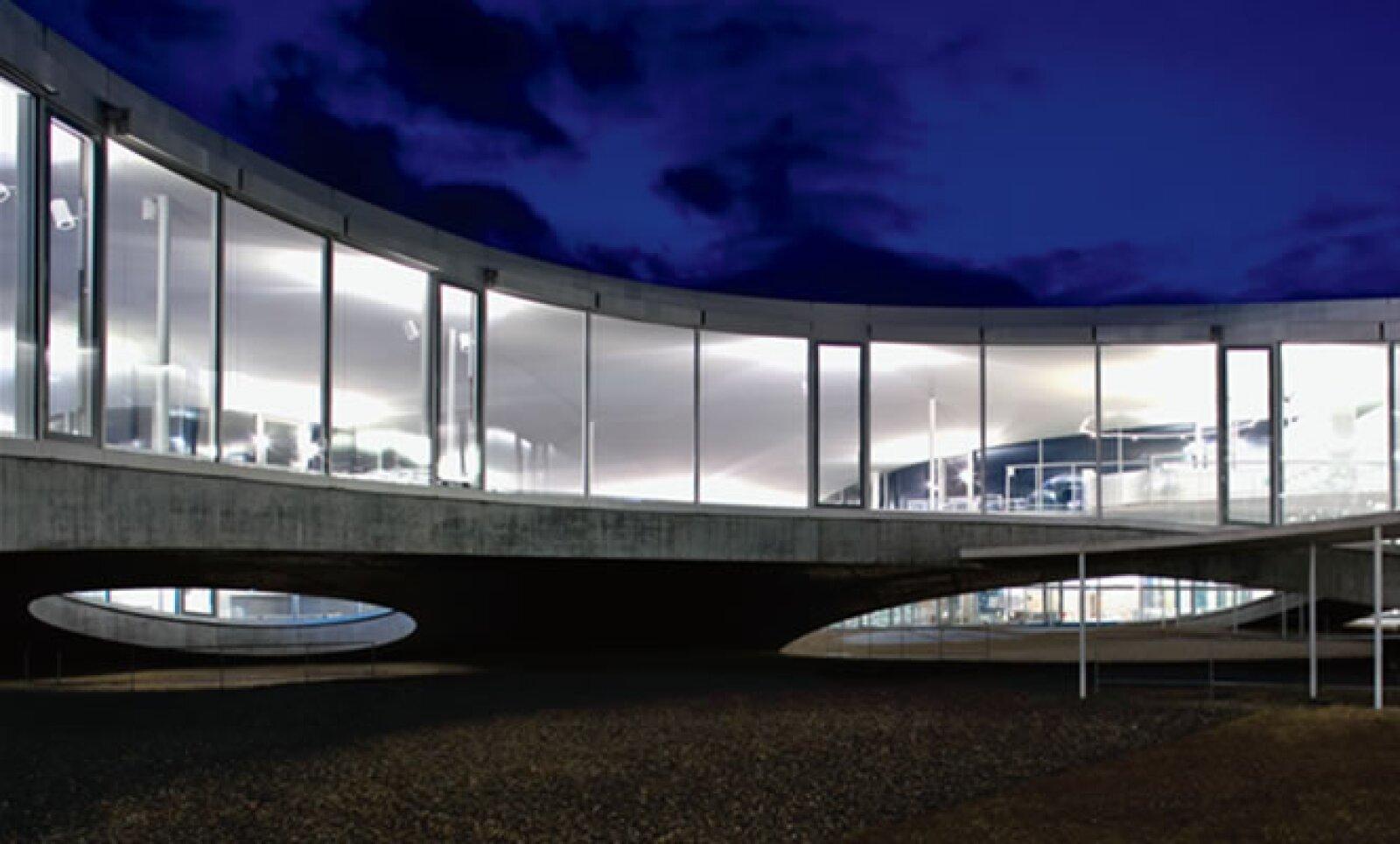 Al iniciarse el diseño del Rolex Learning Center, en Suiza, se pensó en un edificio de varios pisos, pero se optó por una única planta, diferenciada con ondulaciones de piso y techo.