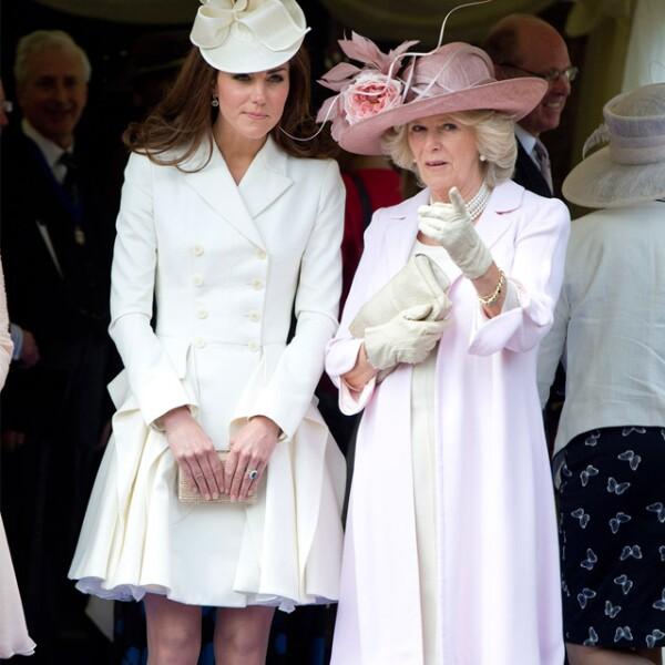 Kate luce radiante en un outfit color crema el cual combinó con un tocado en el mismo tono y zapatos nude.