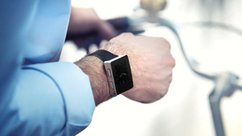 Este reloj mide constantemente el ritmo cardiaco, funciona como podómetro y está disponible con correa de piel en color negro o café.