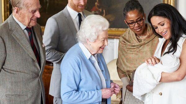 Reina Isabel y Archie Harrison