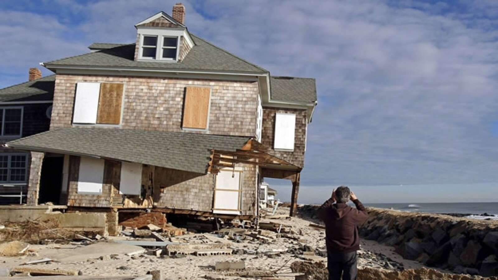 un hombre observa destruccion causada por sandy
