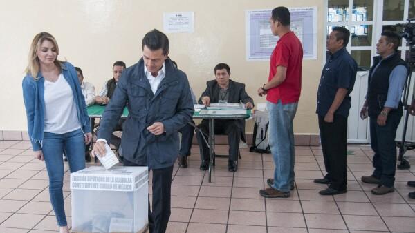 El presidente Enrique Peña Nieto y la primera dama acudieron a votar por la Asamblea Constituyente. El mandatario dijo que hasta el momento la jornada se desarrolla de manera normal y en tranquilidad.