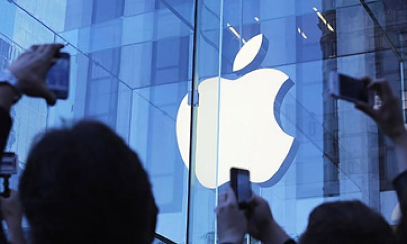 Apple pide dinero prestado a un costo de interés anual del 3% y lo utiliza para recomprar acciones. (Foto: Tomada de CNNMoney.com)