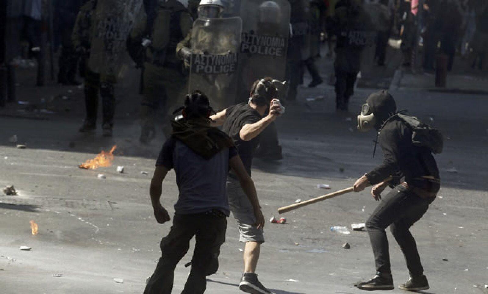 Un manifestante lanza una piedra a los policías durante los enfrentamientos en la plaza Syntagma.
