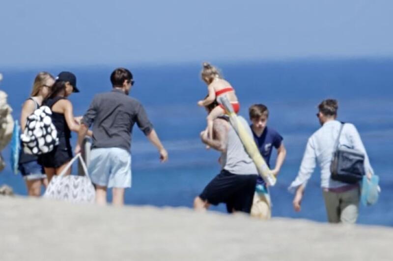 Después de un rato de relajación, los Beckham y sus amigos tomaron sus cosas y se retiraron del lugar.