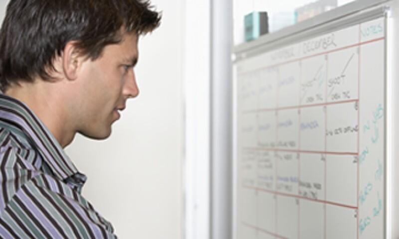 Establecer tiempos y prioridades ayudará a organizar el trabajo que tienes con dos jefes. (Foto: Getty Images )