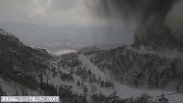 Intrépida vista de un volcán en erupción