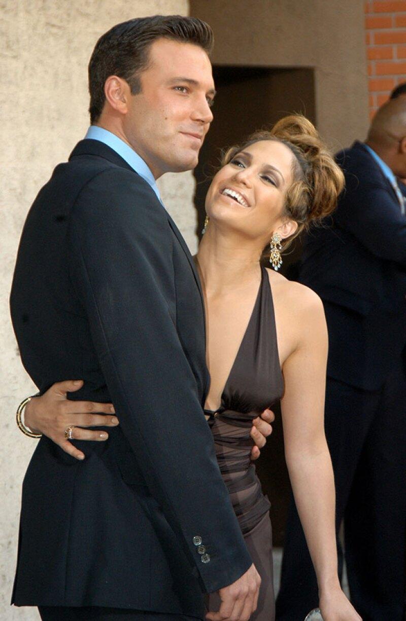 La ex pareja aparece besándose y abrazándose apasionadamente en un jacuzzi en un antiguo video.