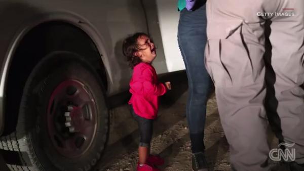 La foto de esta niña separada de su madre expresa la realidad migratoria en EU