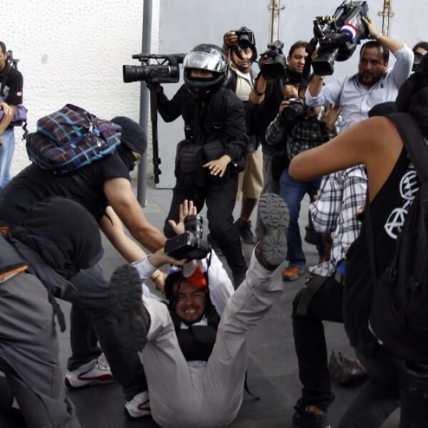 Durante la marcha del 'Halconazo' los manifestantes golpearon a fotógrafos y periodistas