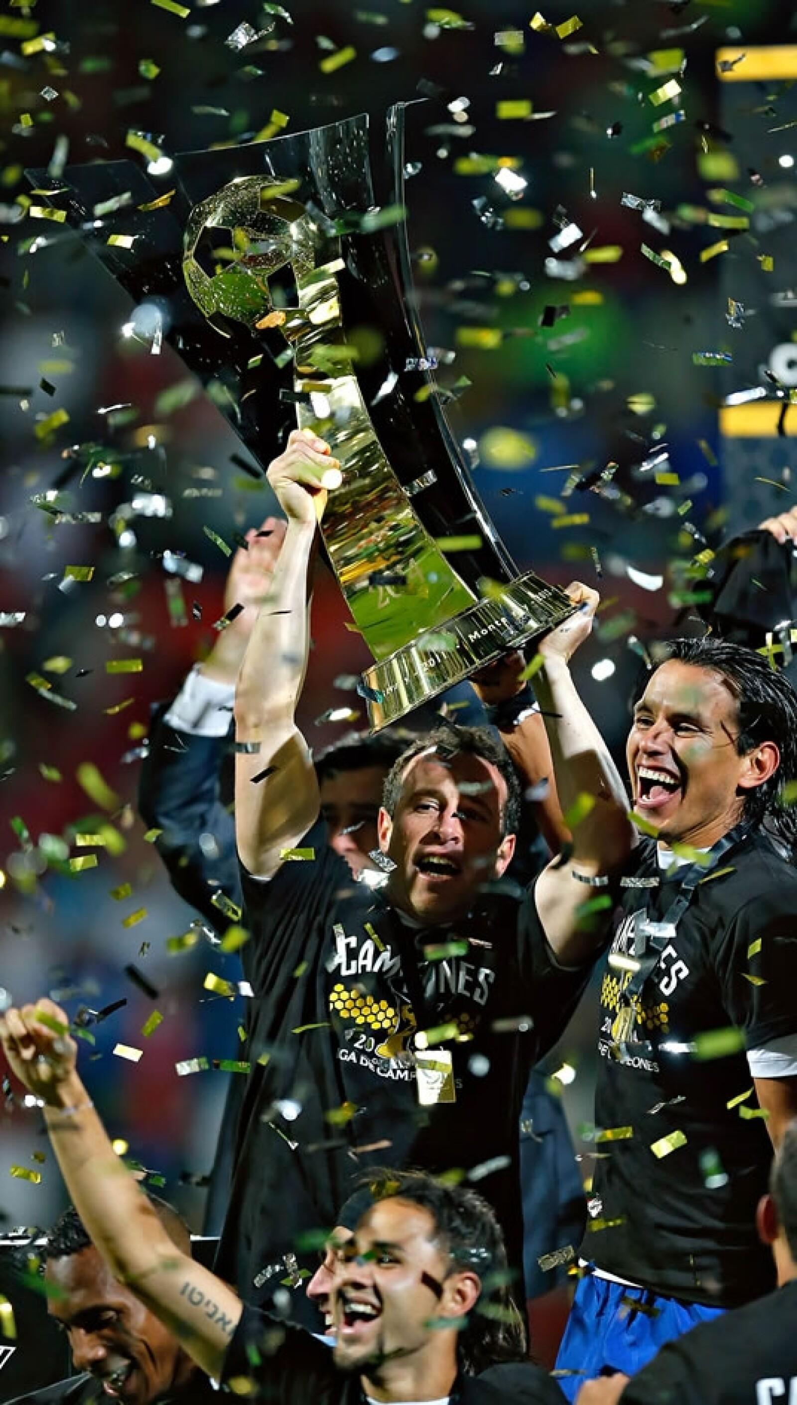 El capitán Gerardo Torrado festeja con la copa el triunfo ante los Diablos Rojos