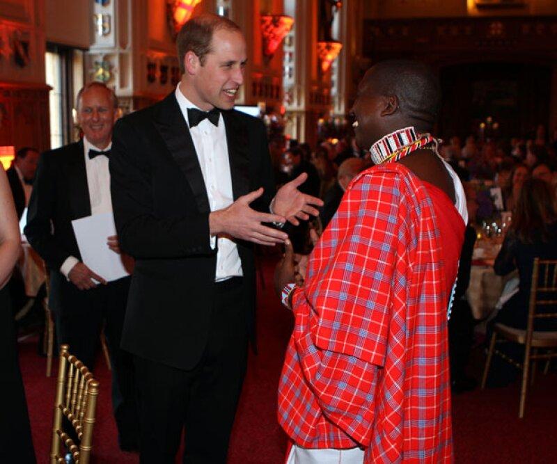El príncipe divirtiéndose con el ganador del premio Tusk en el 2013, Tom Lalampaa.