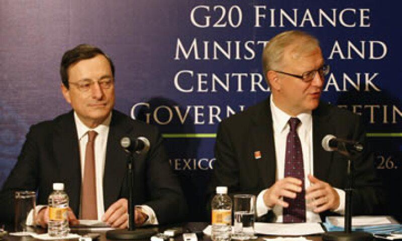 Mario Draghi (izq) y Olli Rehn dieron a conocer las perspectivas para la economía europea. (Foto: Reuters)
