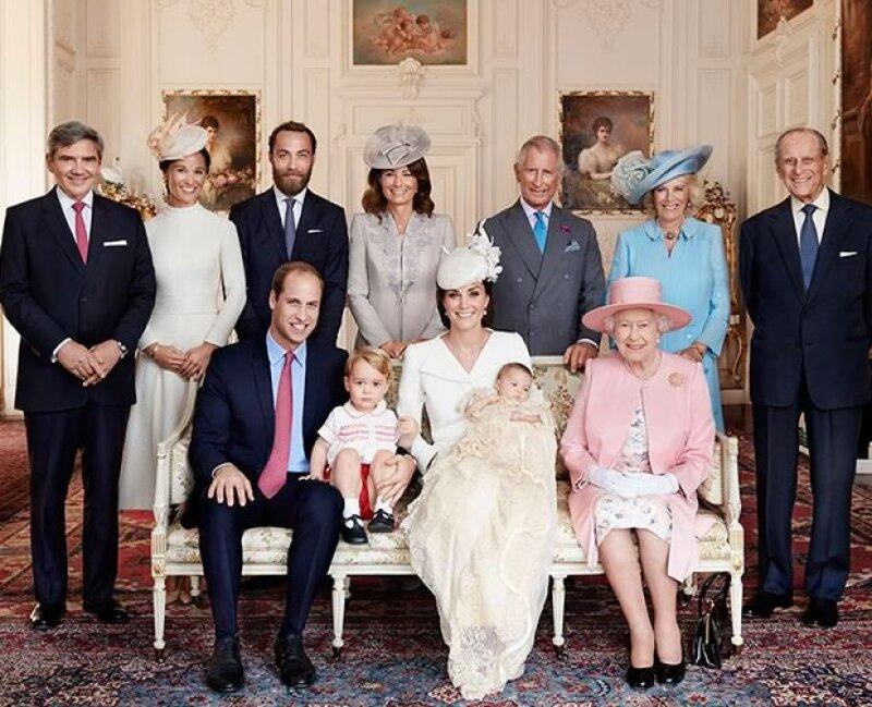 El famoso fotógrafo Mario Testino, favorito de la princesa Diana, tomó las imágenes oficiales del bautizo de la Princesa Charlotte, llevado a cabo el pasado domingo.