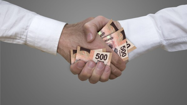 500 pesos bills handshake.