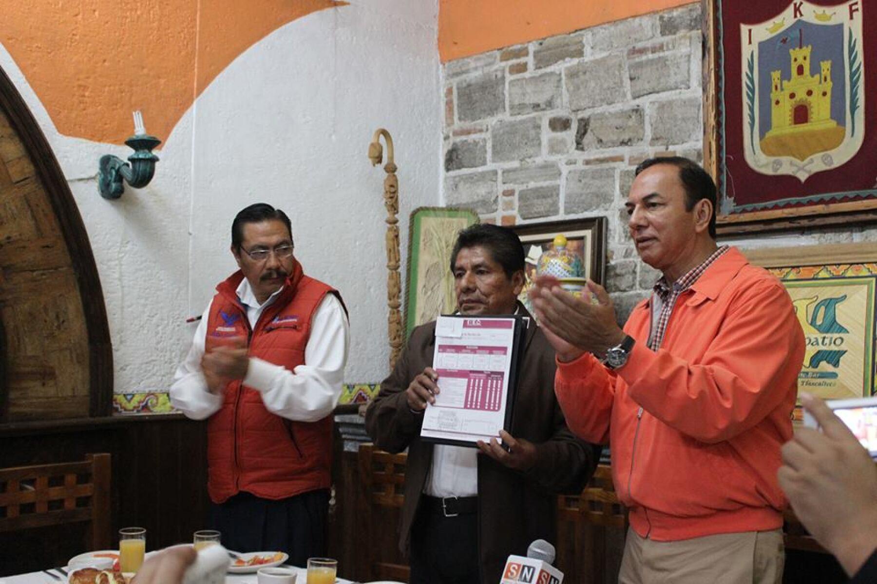 Edilberto Algredo Jaramillo (en medio)