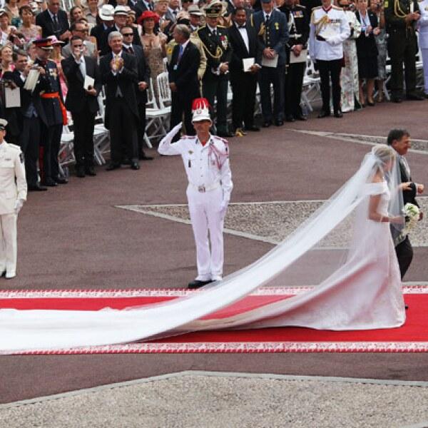 Los materiales con los que se confeccionó  el vestido fueron 130 metros de seda duquesa en color marfil y varios kilómetros de hilos de platino.