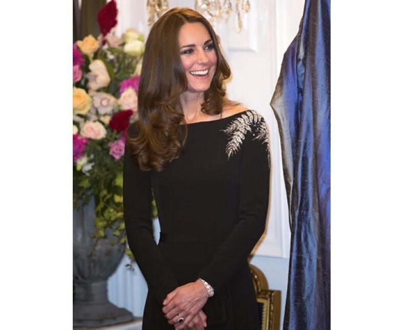 No sabemos de que tamaño es la maleta de la Duquesa de Cambridge para su gira por Nueva Zelanda, lo que sí es que tiene todos los detalles necesarios para lucir impecable.