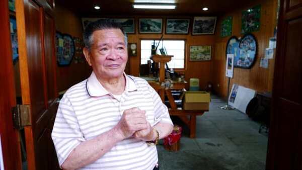 Muchos voluntarios locales crecieron al lado del ferrocarril, como Hsu Chao-huo, de 87 años.