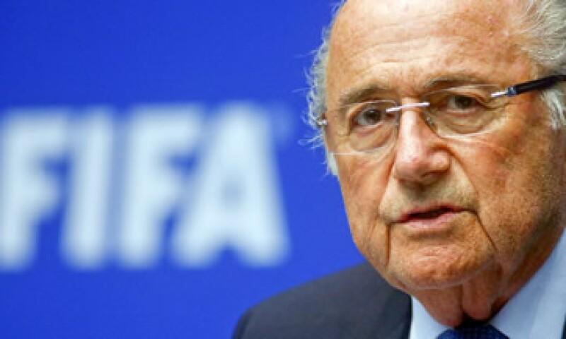 Blatter renunció a la presidencia este martes tras haber conseguido días atrás su quinto mandato. (Foto: Reuters )