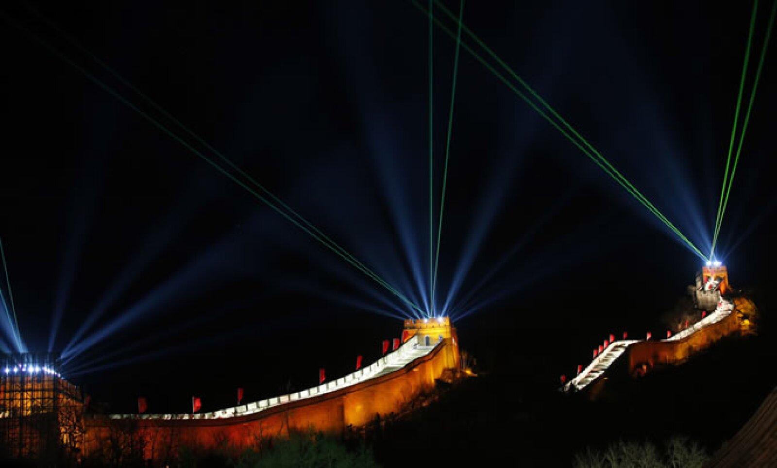 Juegos de luces iluminaron la sección de Badaling de la Gran Muralla China, la parte más visitada de la fortificación.