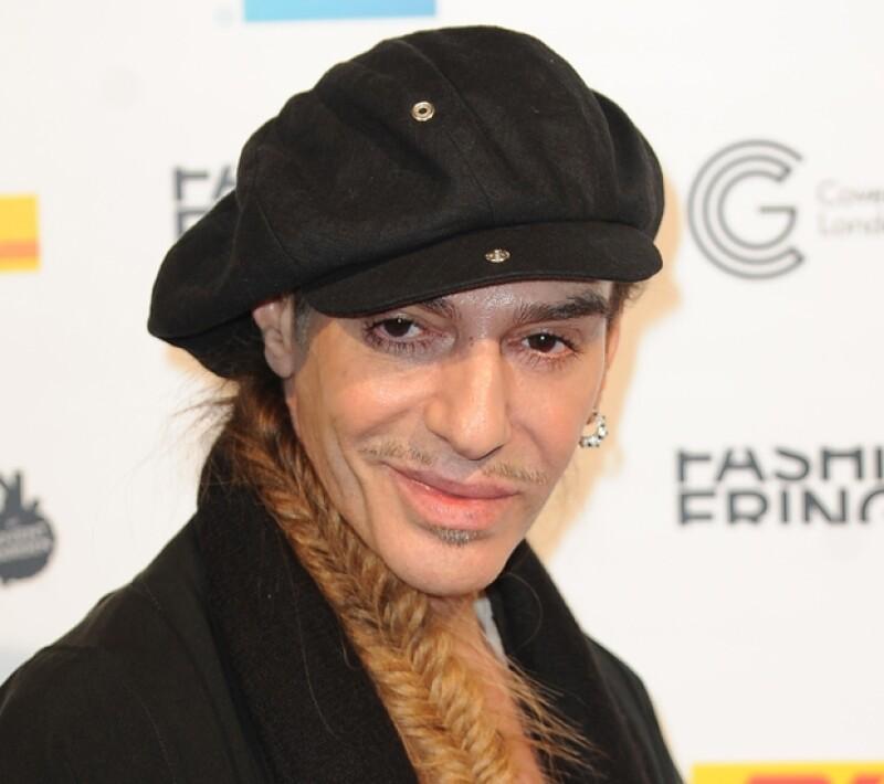 El diseñador John Galliano decidió demandar a la marca por despido injustificado tras haber sido grabado emitiendo comentarios antisemitas contra una pareja en un bar parisino en 2011.