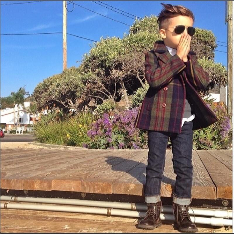 Mateo ha impactado en las redes sociales por su gran estilo al vestir. Cuando van de compras le pide a su madre que le compre lo mismo que se compra su papá en tamaño petite.