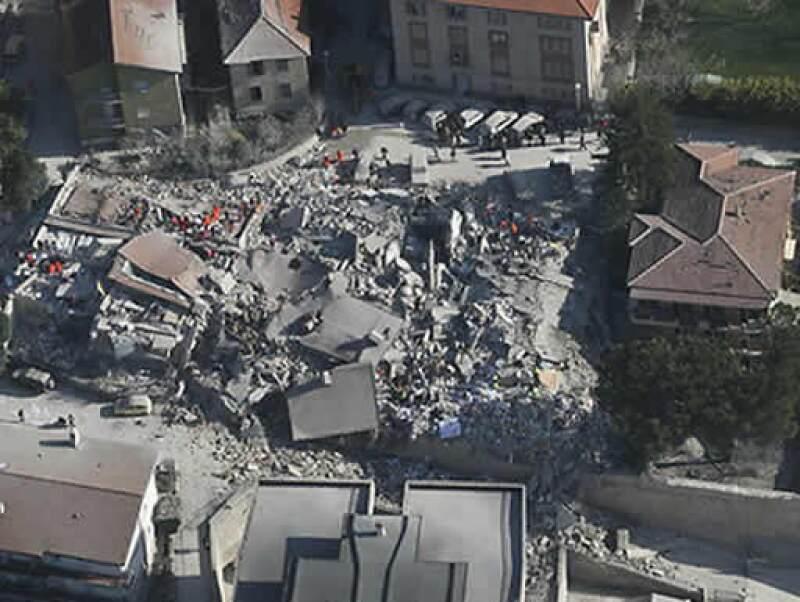 El primer ministro, Silvio Berlusconi, declaró emergencia nacional y dijo que entregaría 30 millones de euros para reconstruir la ciudad medieval de L´Aquila.