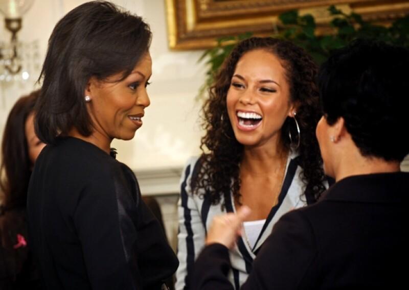 La cantante que ha participado en eventos oficiales de la presidencia de EUA, no había podido platicar con la primera dama, hasta hace unos días cuando fue invitada a un baile organizado por Obama.