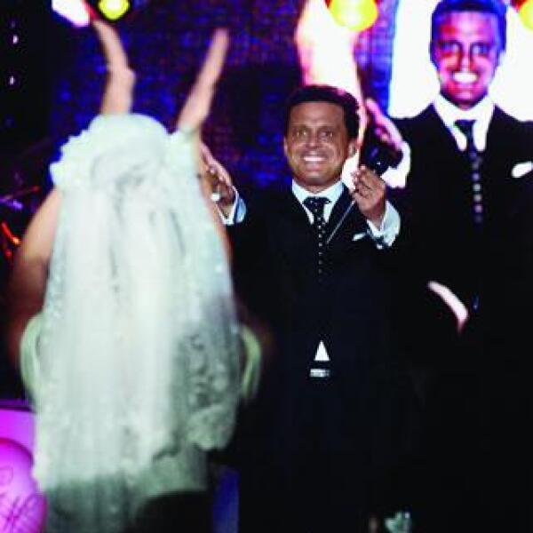 Luis Miguel estuvo atento a la joven pareja a quienes les deseó felicidad. En la foto: Mara Hank y Luis Miguel