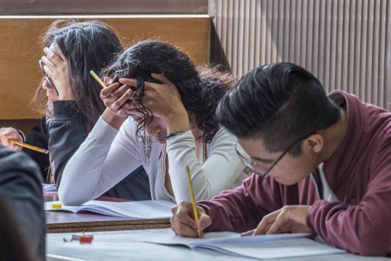 CIUDAD DE MÉXICO, 25MAYO2019.- Cientos de estudiantes acudieron a las instalaciones de la Escuela Superior de Cómputo (Escom) en la Unidad Profesional Adolfo López Mateos, para  la aplicación del examen de admisión de nivel superior por parte del Instituto Politécnico Nacional, en la modalidad escolarizada, no escolarizada y mixta.  El examen de admisión se realizará los días 25 y 26 de mayo, a 104 mil 845 participantes en 13 sedes de la capital y el Valle de México.   FOTO: MARIO JASSO /CUARTOSCURO.COM
