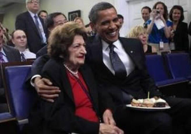 Barack Obama posa junto a Helen Thomas en sus cumpleaños. (Foto: AP)