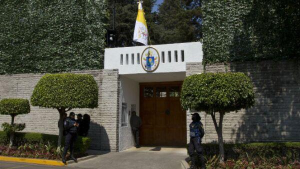 Elementos federales de seguridad vigilan la Nunciatura Apostólica (sur) donde dormirá el pontífice en su estadía.