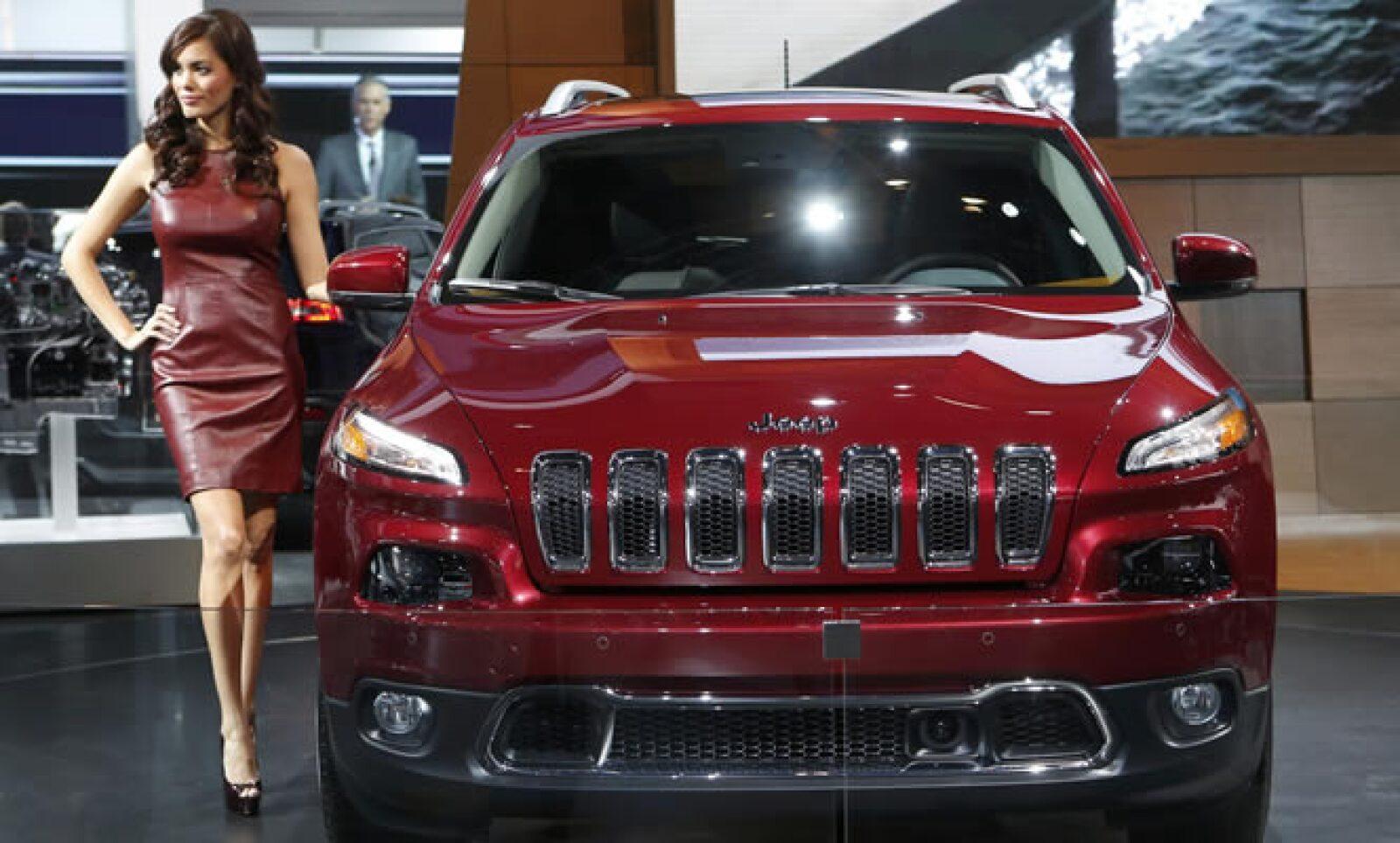 La nueva versión de la camioneta Jeep se exhibió en color rojo en el Salón del Automóvil.