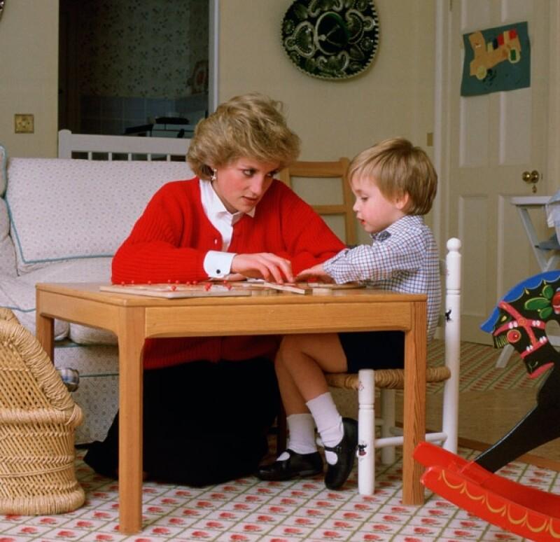 La princesa armando un rompecabezas con Guillermo en la sala de juegos del Palacio de Kensington.