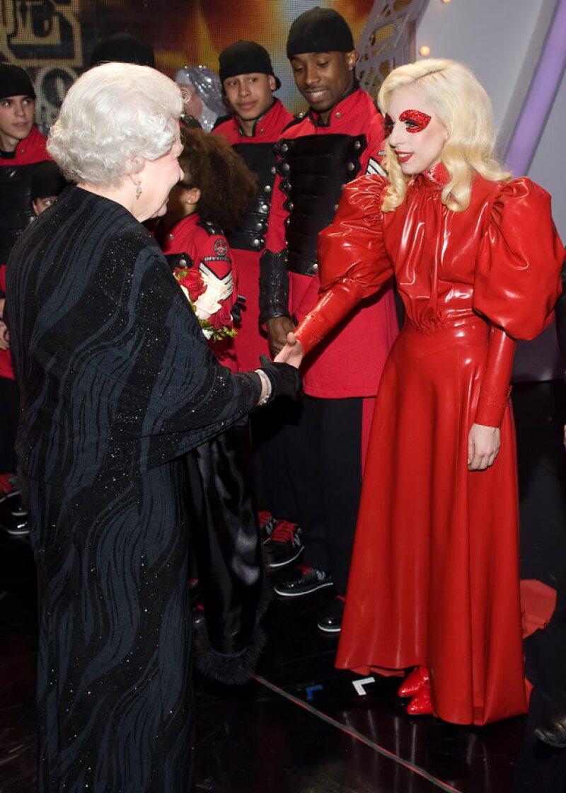 La cantante eligió un outfit mucho más holgado pero no menos extravagante para conocer a la reina.